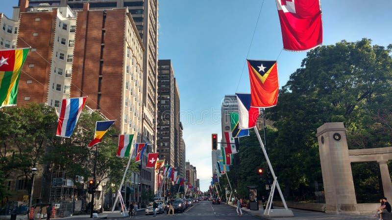 Międzynarodowy ulicy flaga Montreal miasto zdjęcia royalty free