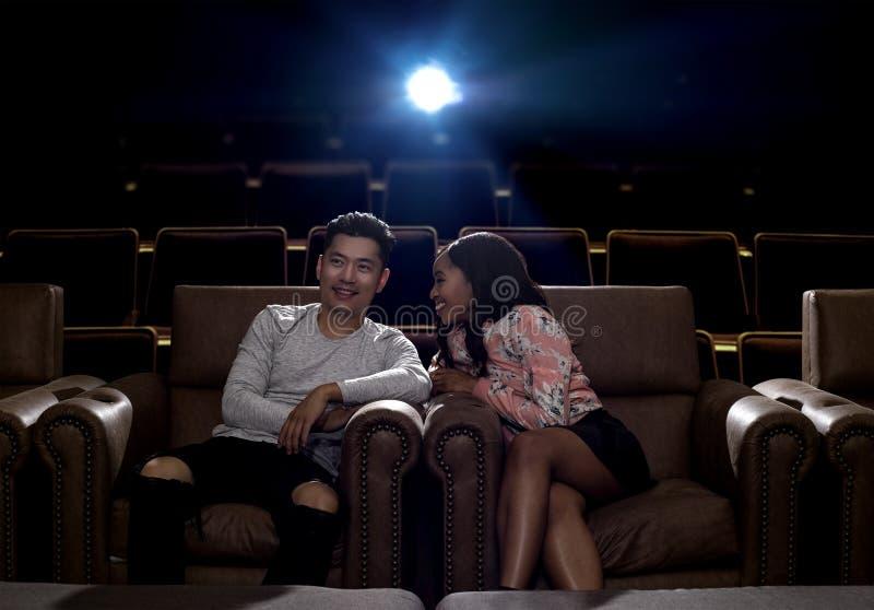 Międzyrasowa para na kino dacie zdjęcie royalty free