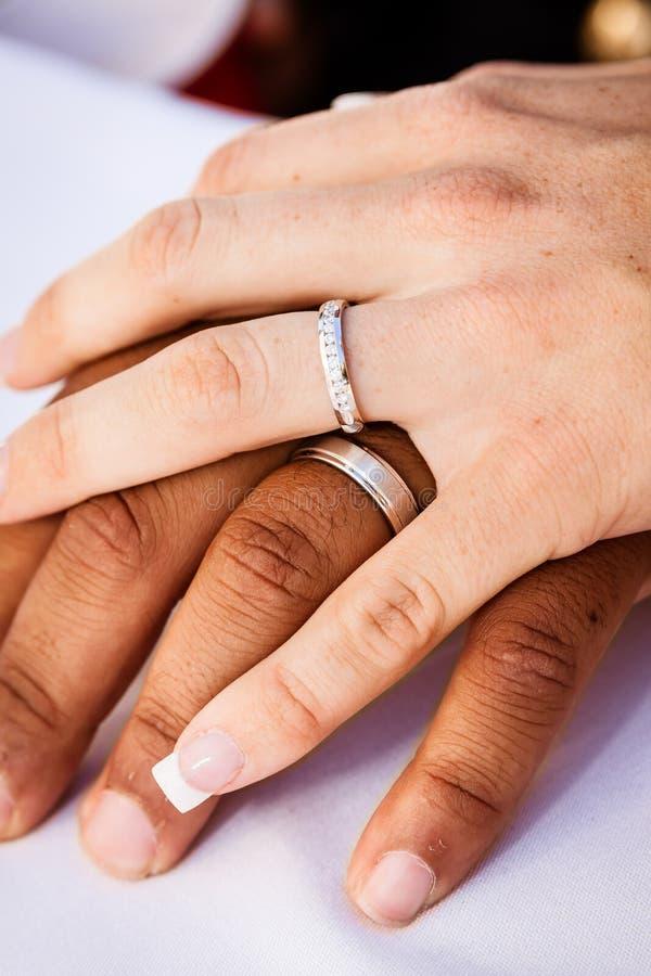 Międzyrasowego małżeństwa ręki zdjęcie royalty free
