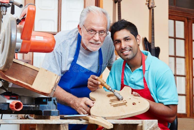 Międzyrasowy luthier ` s aplikant i mistrz obraz royalty free