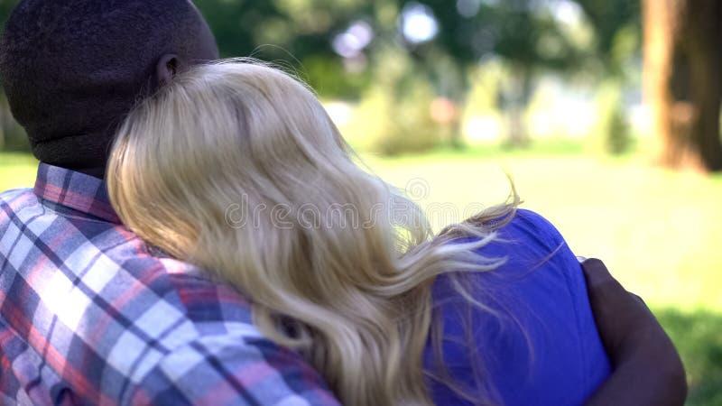 Międzyrasowy pary obejmowanie, romantyczna data w parku, cieszy się pięknego widok obrazy stock