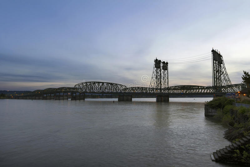 Międzystanowy most Nad Kolumbia rzeką przy półmrokiem fotografia royalty free