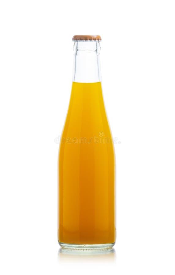 Miękcy napoje, zamykają w górę butelki szkła odizolowywającego na białym tle sok pomarańczowy obraz stock