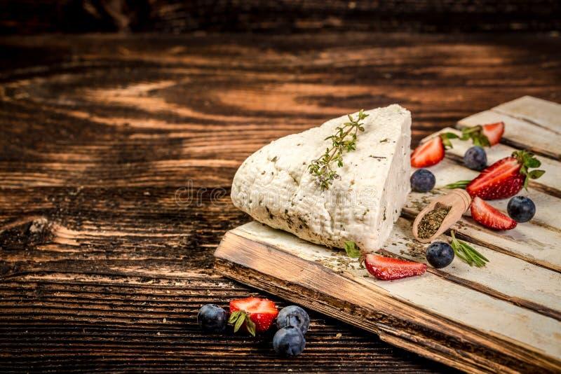 Miękcy sery z fragrant ziele Adyghe ser z świeżymi jagodami na nieociosanym tle, Przestrze? dla teksta obrazy stock