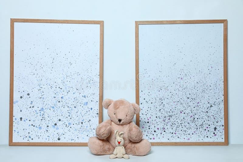 Miękka część obrazki na białym tle i zabawki Dziecko pokoju wn?trze fotografia stock