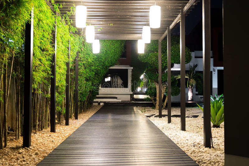 Miękka ostrość czarna drewniana ogrodowa ścieżka nad białymi prebbles podłogowymi obrazy stock