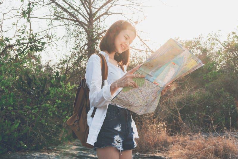 Miękka ostrość kobieta podróżnik z plecaków czeków mapą znajdować ścieżkę jest celem Rocznika brzmienie fotografia royalty free