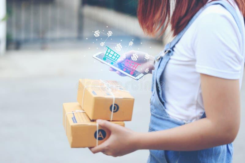 Miękka ostrość kobiety ręka używać smartphone z sprzedawać online lub fotografia stock