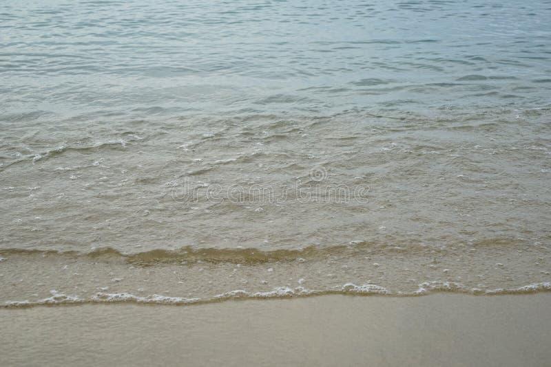 Miękka pastelowa czysta piaskowata plaża z świeżą jasną wodą morską i ciepła biała foamy fala wykładamy tło i copyspace na Ornos  obrazy stock