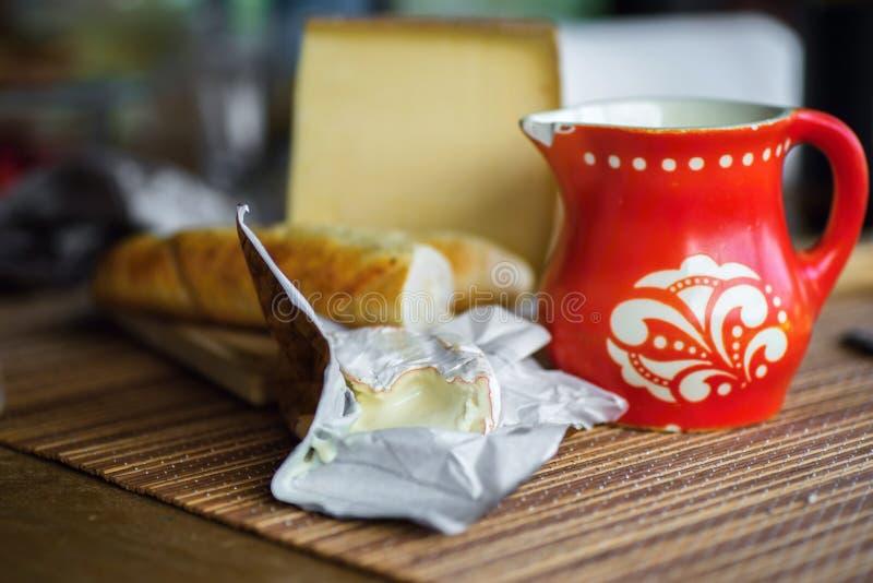Miękki camembert, ciężki ser i czerwień miotacz, obrazy stock