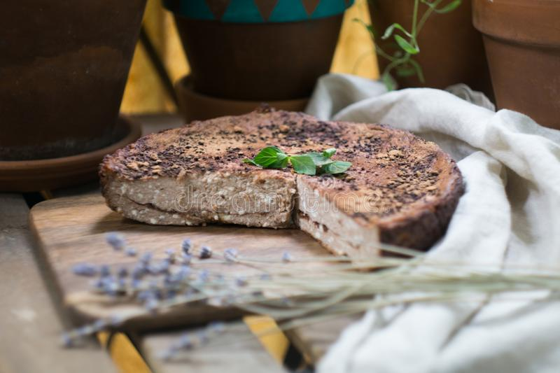 Miękki domowej roboty cheesecake chałupy sera kulebiak, potrawka, zapekanka waniliowa czekolada z cynamonem na tnącej desce obraz stock