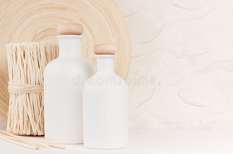 Miękki elegancki domowy wystrój z bielu beżem i butelkami kapuje na białej drewnianej desce zdjęcia stock