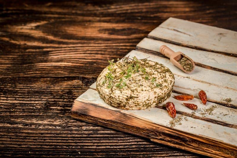 Miękki koźli ser z ziele na starym błękitnym drewnianym stole Wieśniaka Stylowy Koźli ser Przestrze? dla teksta obrazy royalty free