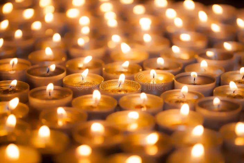 Miękki marzycielski wizerunek jaskrawy blask świecy od płonącego herbaty światła c obraz royalty free