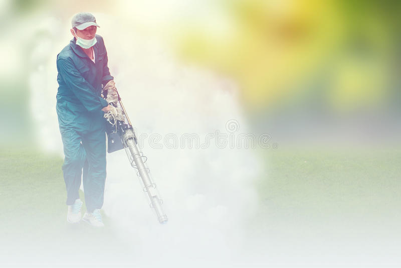 Miękki ostrość mężczyzna fogging eliminować komara dla zapobiega rozciągniętą dengi febrę zdjęcie stock