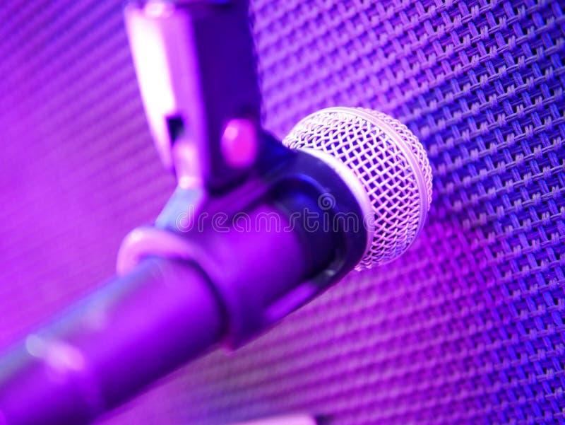 Miękki ostrość mikrofon przed futrówką mówca dla nagrywać przed amplifikatorem przy koncertem obraz stock