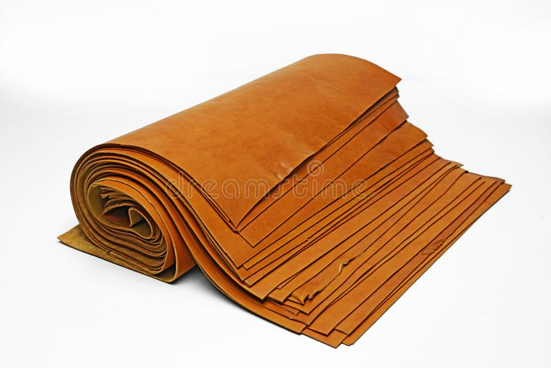Miękkie części żyłować skóry w gęstej rolce kłaść puszek na stole zdjęcie stock