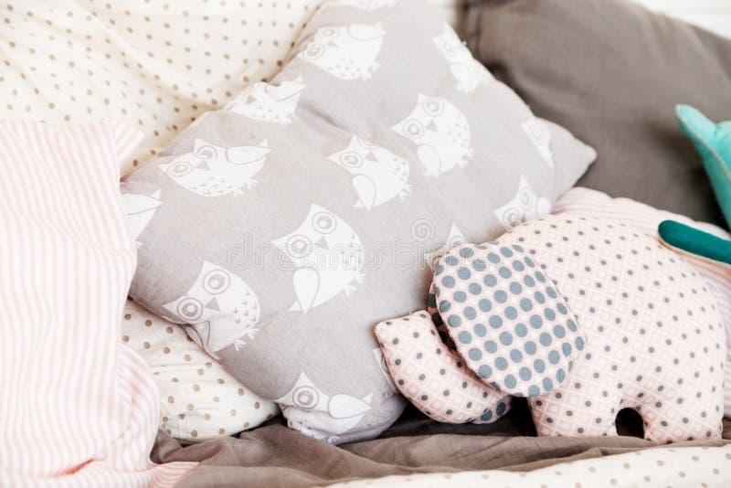 Miękkie dziecko poduszki na łóżku Poduszka z malującą miękkiej części zabawką w postaci słonia i sowami zdjęcie stock