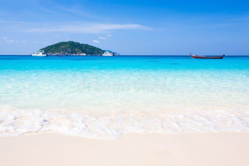 Miękkie fale błękitny ocean na piaskowatej plaży Sceneria krajobraz tropikalny morze w światło słoneczne dniu, erotyczny turkusow fotografia stock