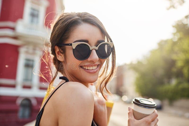 miękkie ogniska, Stylu życia pojęcie Zamyka w górę portreta radosna młoda atrakcyjna ciemnowłosa caucasian kobieta w okularach pr zdjęcia stock