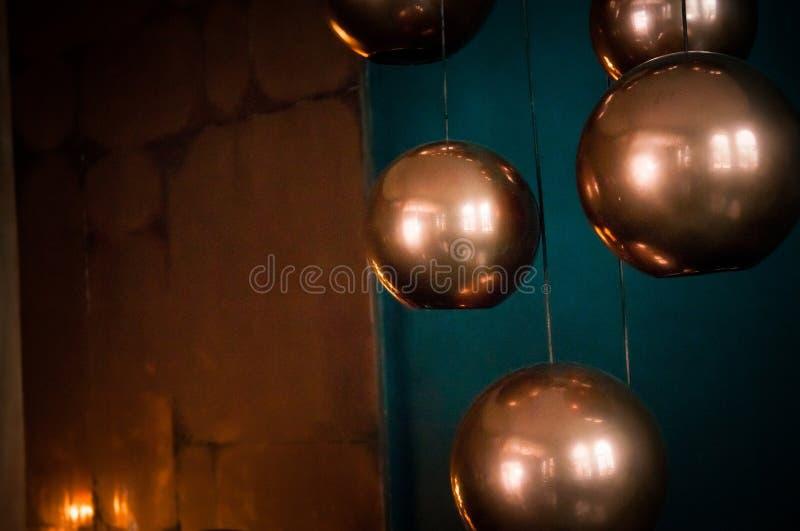 Miękkie ostrości sfery brązu lampy z turkusowym tłem obrazy royalty free