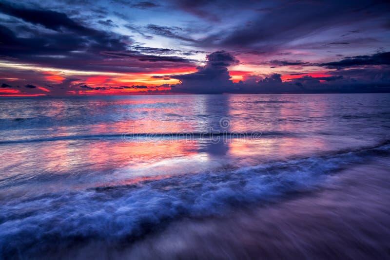 Miękkiej części fala błękitny ocean na piaskowatej plaży przy zmierzchem Tło fotografia stock