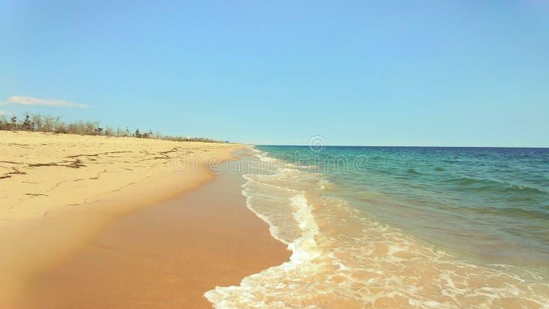 Miękkiej części fala błękitny ocean na wschód plaży Rhode - wyspa usa obrazy royalty free