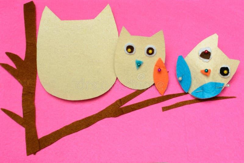 Miękkiej części zabawki wzór Dziecko szy podręcznik Uszycie przygotowywa dostosowywający filc wzór Trzy sowy na drzewie upiększon obrazy stock