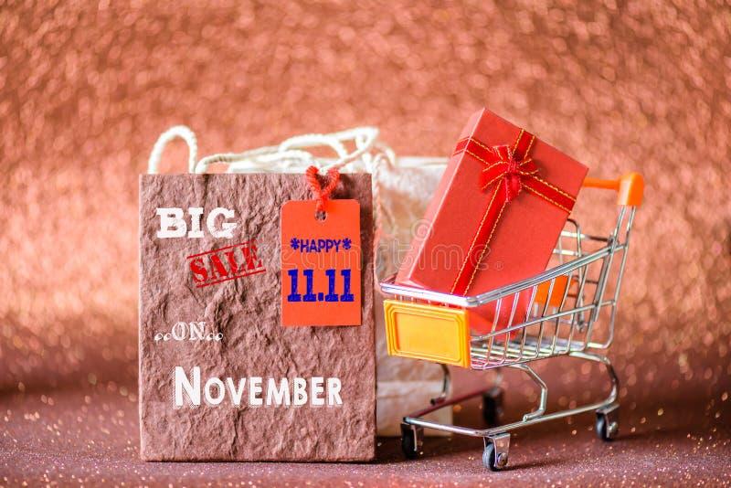Miękkiej ostrości mini wózek na zakupy i torba na zakupy z etykietek etykietkami zdjęcia stock