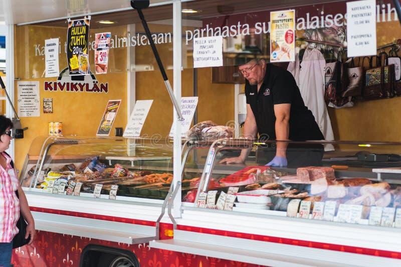 Mięsa i charcuterie jedzenie przewozi samochodem w Sastamala rynku otwartym, Finlandia fotografia royalty free