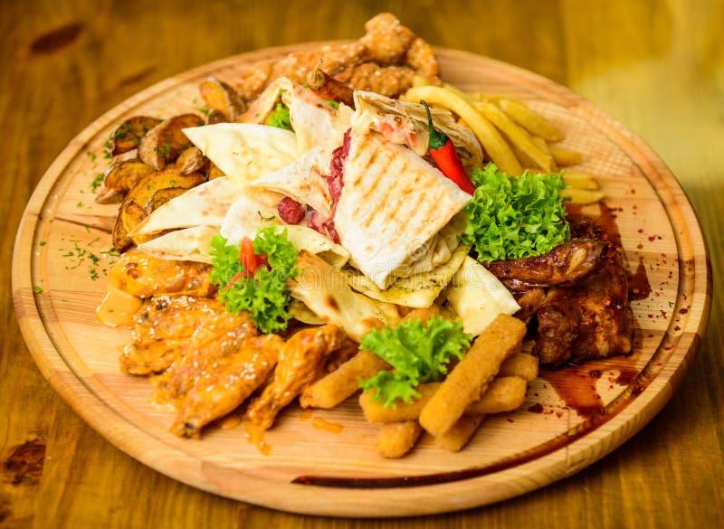 Mięsna przekąska dla grupowych przyjaciół Smakowite wyśmienicie przekąski kurczak smażąca noga Przekąska dla piwa Drewnianej desk zdjęcia royalty free