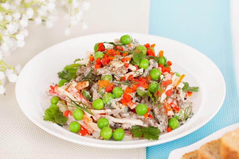 Mięsna sałatka z świeżymi zielonymi grochami obraz stock