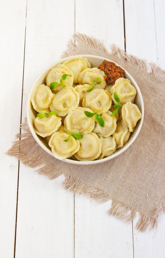 Mięsne kluchy - rosjanina gotowany pelmeni zdjęcie stock