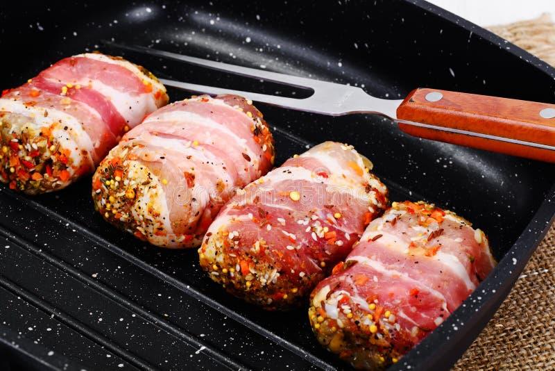 Mięsne rolki w bekonie, kotleciki Zawijali wołowinę z pieczarkami obrazy royalty free
