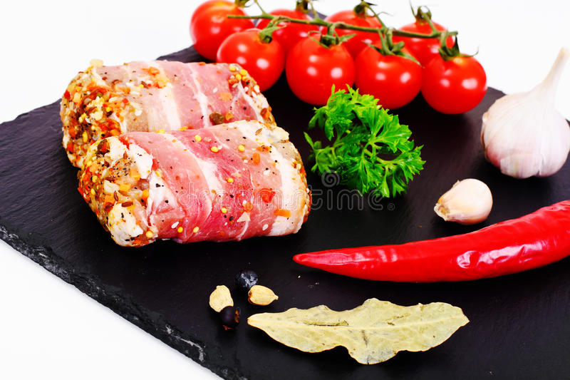 Mięsne rolki w bekonie, kotleciki Zawijali wołowinę z pieczarkami obraz royalty free