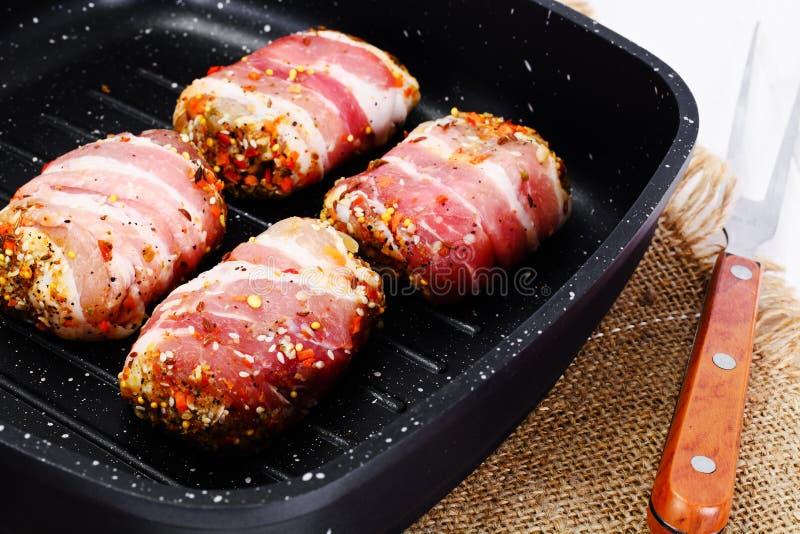 Mięsne rolki w bekonie, kotleciki Zawijali wołowinę z pieczarkami zdjęcia stock