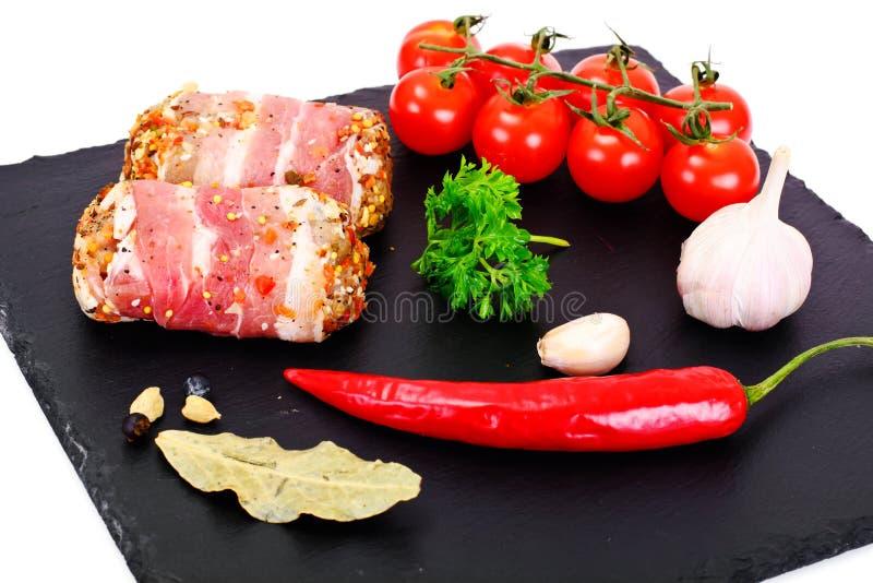 Mięsne rolki w bekonie, kotleciki Zawijali wołowinę z pieczarkami fotografia stock