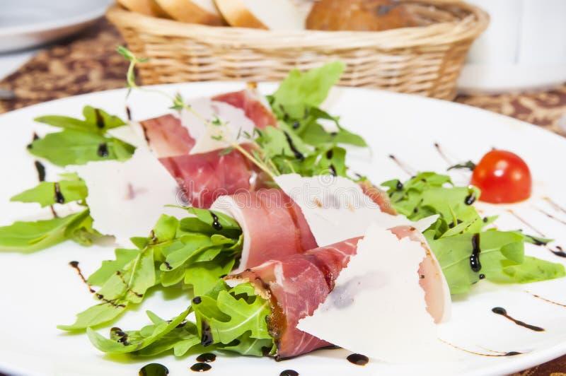 Mięsne rolki z mięsem i zieleniami obraz royalty free