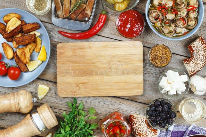 Mięsny grill na łomota stole z Dijon musztardą i gorącego chili pieprzem, Amerykański bagel, wino Pojęcie: pinkin, plenerowy przy zdjęcie royalty free