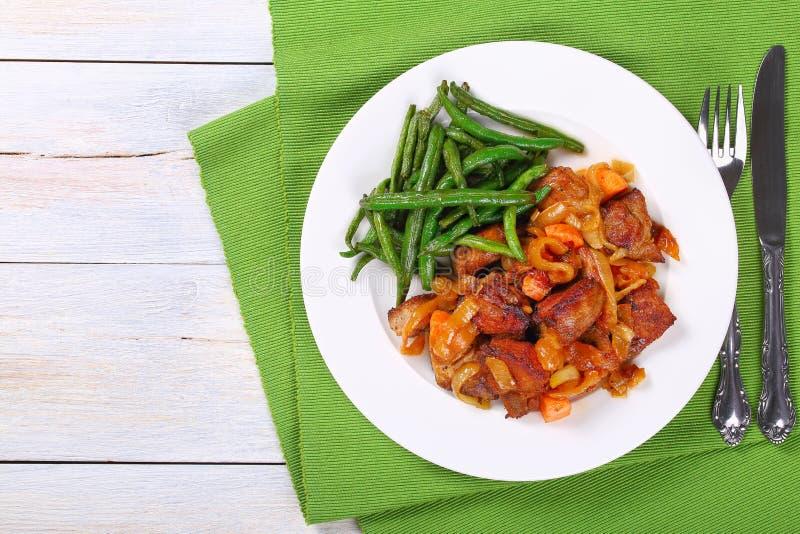Mięsny gulasz z warzywami na talerzu obraz royalty free