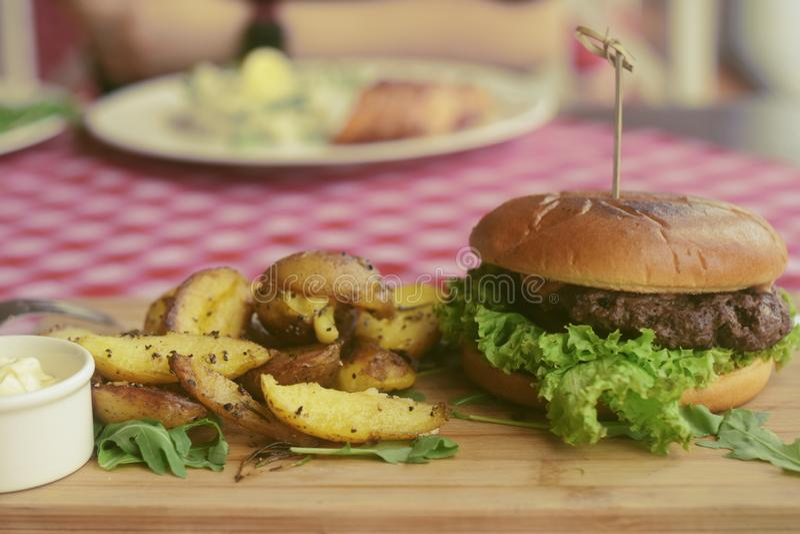 Mięsny hamburger z dłoniakami, majonezowe grule na drewnianej desce cookery cutlet naczynia karmowy p??miska restauraci styl Jedz obraz royalty free