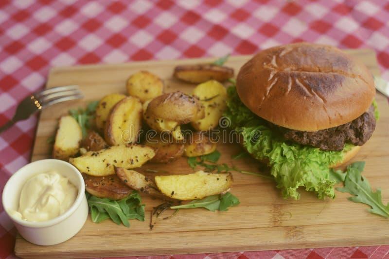 Mięsny hamburger z dłoniakami, majonezowe grule na drewnianej desce cookery cutlet naczynia karmowy p??miska restauraci styl Jedz obrazy stock