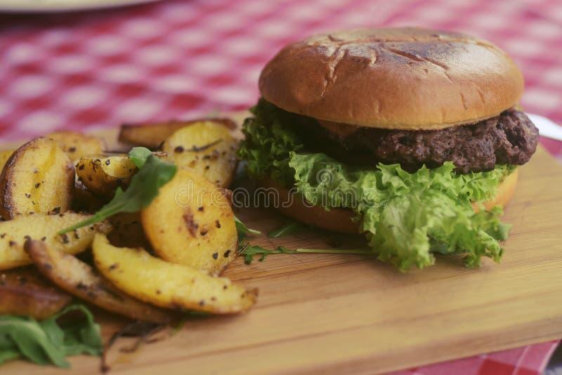 Mięsny hamburger z dłoniakami, majonezowe grule na drewnianej desce cookery cutlet naczynia karmowy p??miska restauraci styl Jedz zdjęcie royalty free