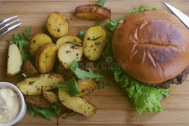 Mięsny hamburger z dłoniakami, majonezowe grule na drewnianej desce cookery cutlet naczynia karmowy p??miska restauraci styl Jedz obraz stock