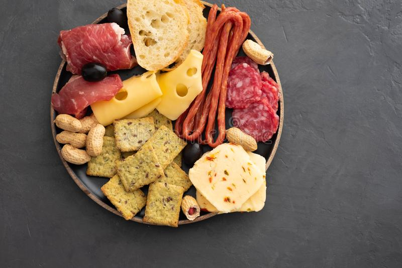 Mięsny i serowy talerz Tradycyjny włoski antipasto, tnąca deska z salami, zimno dymił mięso, prosciutto, baleron fotografia royalty free