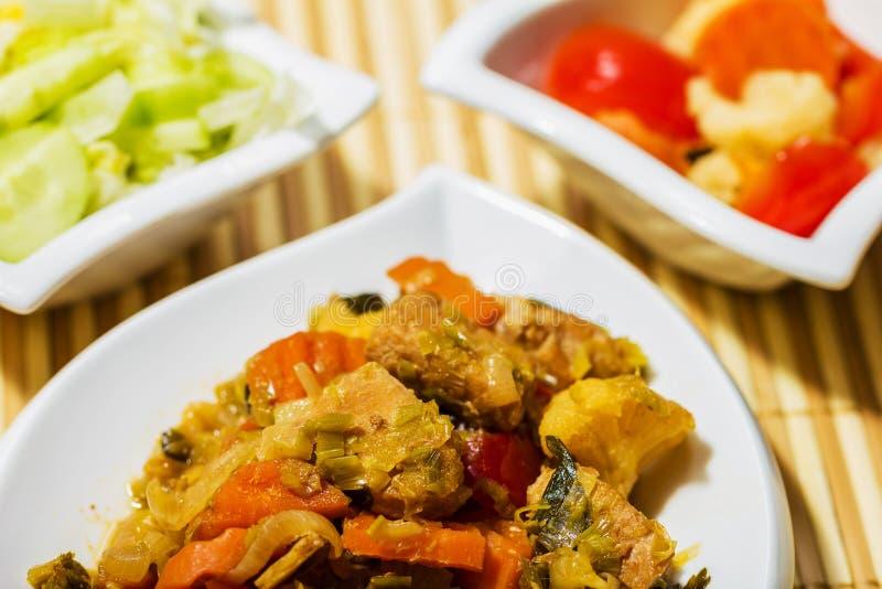 Mięsny naczynie Wyśmienity jedzenie z sałatką obraz royalty free
