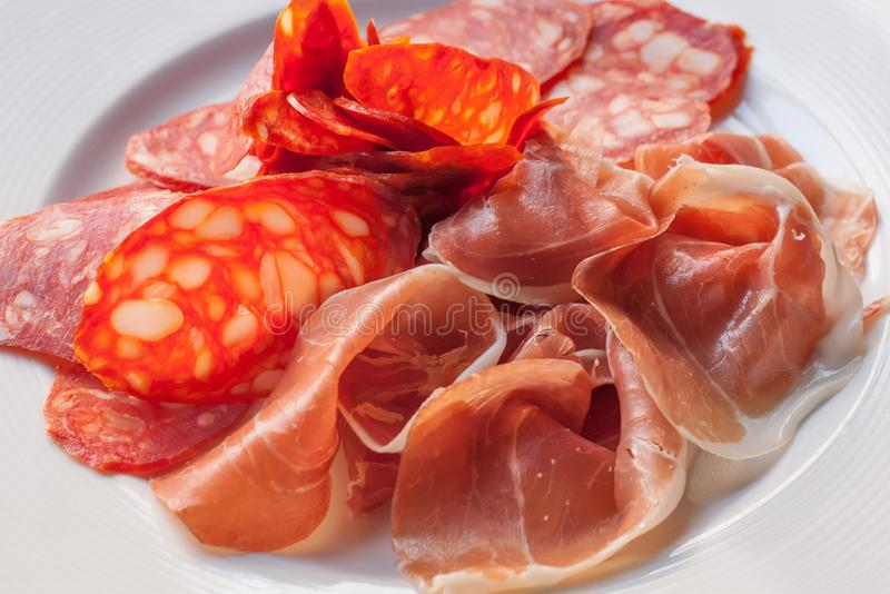 Mięsny półmisek Pokrojony jamon, Parma, chorizo kiełbasa, karpa Tradycyjni hiszpańscy kuchni tapas, naczynie od Hiszpania biały zdjęcie stock