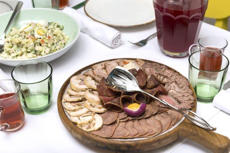 Mięsny przecinanie na porcji desce, kawałki mięso, salami, bekon, wieprzowina, wołowina, kawałki wysuszona wieprzowina i wo zdjęcia royalty free