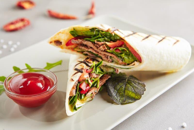 Mięsny Shaverma lub Doner Kebab z warzywami, Gyro fotografia stock