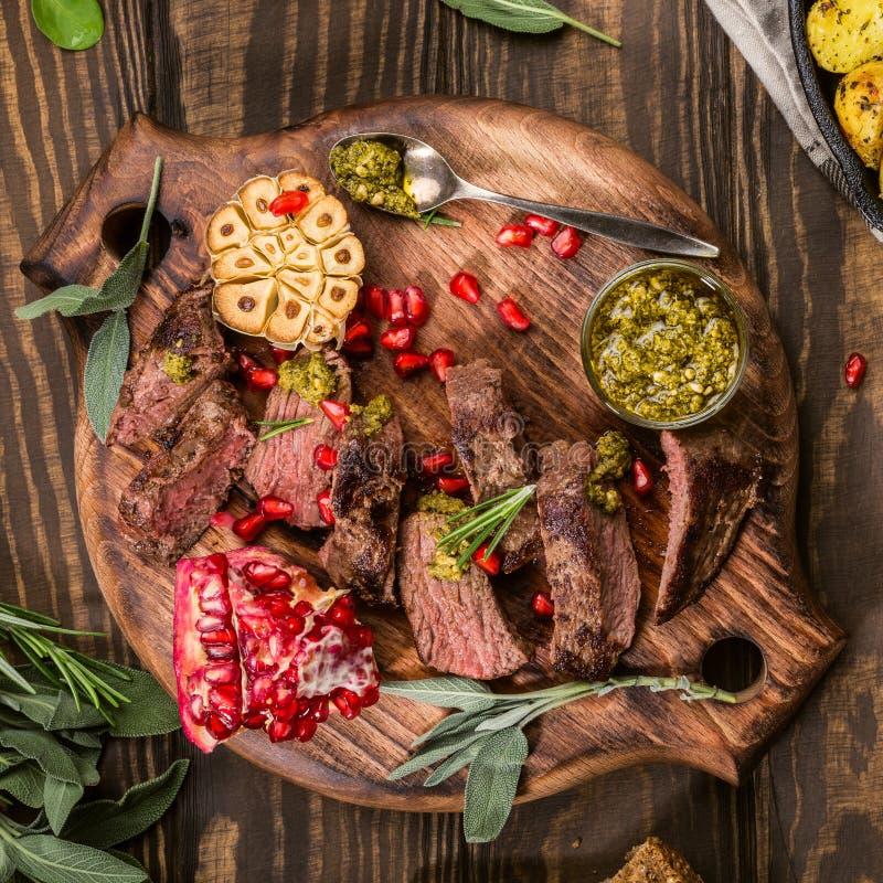 Mięsny stek z zielonym pesto obraz stock
